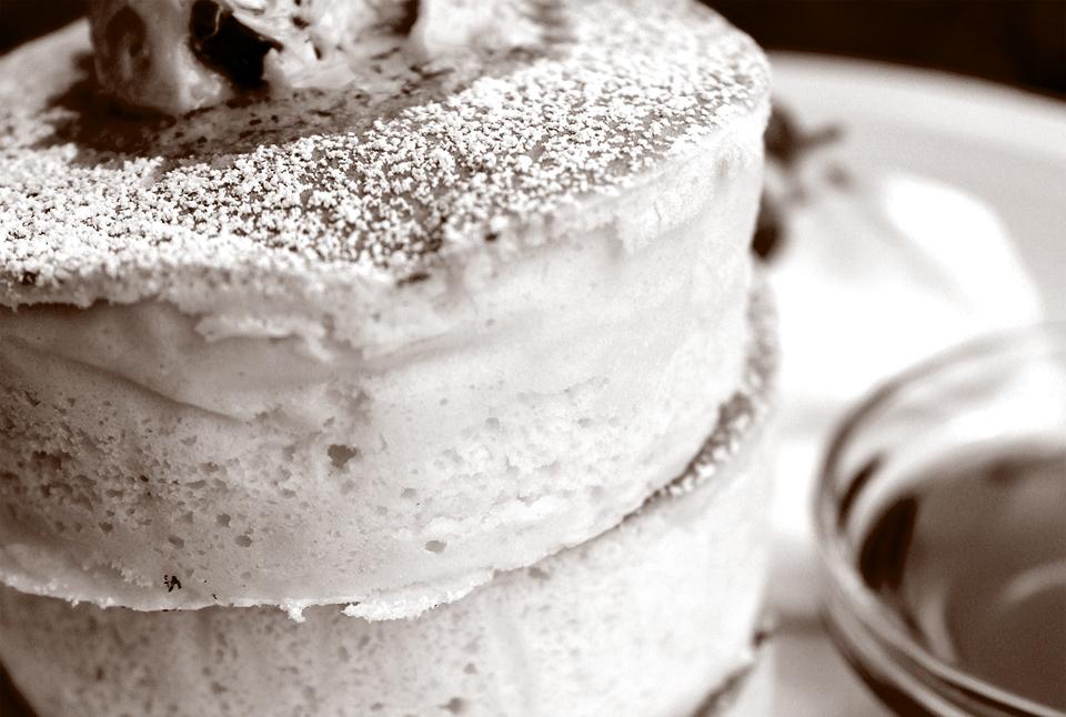 TV、雑誌も大注目!! 看板メニューのふわふわふるふるホワイトスフレパンケーキ